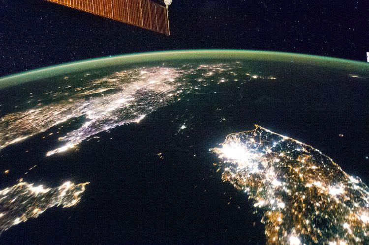 Bilde av den koreanske halvøyen tatt fra den internasjonale romstasjonen. Det mørklagte området mellom Sør Korea og Kina er Nord Korea. Prikken av lys i midten av mørket er Pyongyang. Foto: NASA.