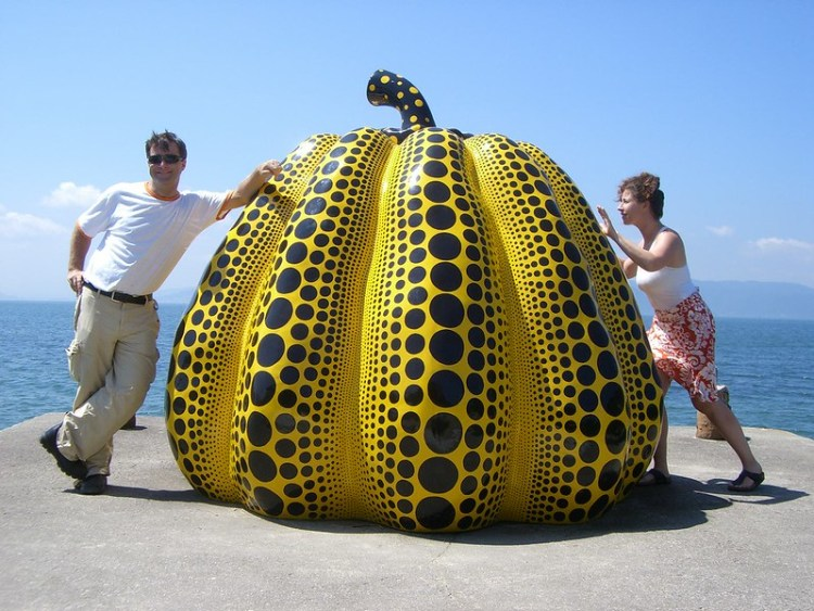 Pumpkin av Yayoi Kusama fra Benesse Art Site, Naoshima, Japan. Foto: Todd Lappin CC.BY.NC.