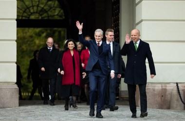 Regjeringen Støre kommer ut på Slottsplassen 14. oktober 2021. Foto: Peter Mydske/Stortinget CC.BY.NC.SA.