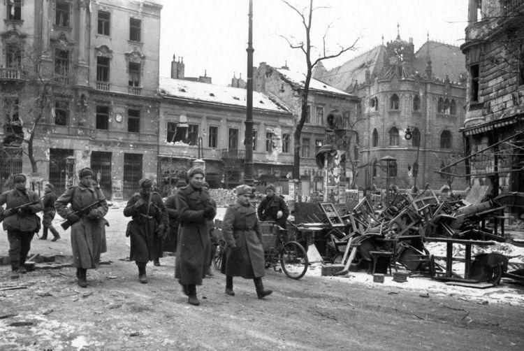 Sovjetiske styrker i Budapest i 1945. Foto: Ukjent, Falt i det fri.