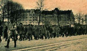 Fangene som De røde hadde tatt blir marsjert bort etter stridighetene i Viborg. Foto: Ukjent. Falt i det fri.