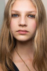 no-makeup makeup look chloe spring summer 2017 beauty makeup trend