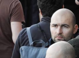 Activistul Cristian Dide a stat încătușat de o bancă la poliție, pentru că îndrăznește să reziste…