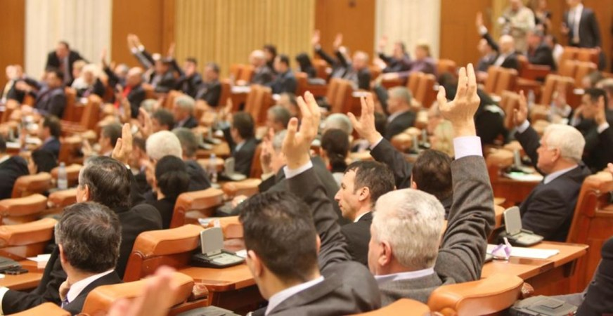 În ziua cu MCV-ul, legea pușcăriei acasă a trecut de Comisia juridică a Camerei Deputaților