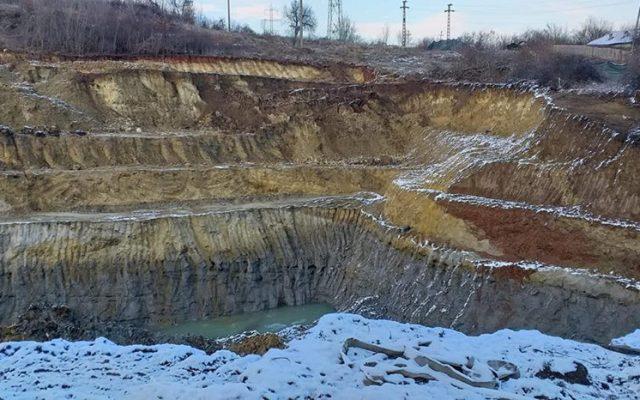 Oamenii dintr-o comună din Gorj sunt disperați! La nici 50 metri de casele lor se fac săpături miniere