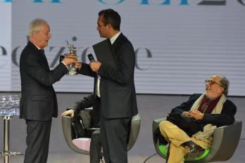 Luigi de Magistris consegna la statuetta del Premio Napoli a PAOLO POLI (11.12.2015)