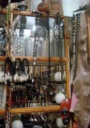 L'interno di uno dei negozi: Notare la pelle di serpente sulla destra, le teste di vari animali sulla sinista ed i prodotti di avorio al centro.