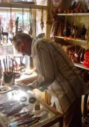Il mercante in questa foto sta tentando di venderci dei gioielli in avorio, provenienti da un elefante ucciso di recente.