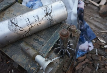 I resti di alcuni pezzi di artiglieria che i separatisti hanno lanciato contro gli ucraini, Gli ucraini puntano all'involucro più grande, come evidenza che i separatisti stanno violando l'accordo tra le due parti che limita l'uso di armi oltre ad una certa dimensione.
