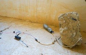 La foto rappresenta un ordigno esplosivo improvvisato inattivo, usato ai fini dell'esercitazione