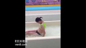 Viral sliding - mga Girls na nahubaran sa public pool