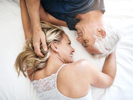 Mann und Frau glücklich im Bett