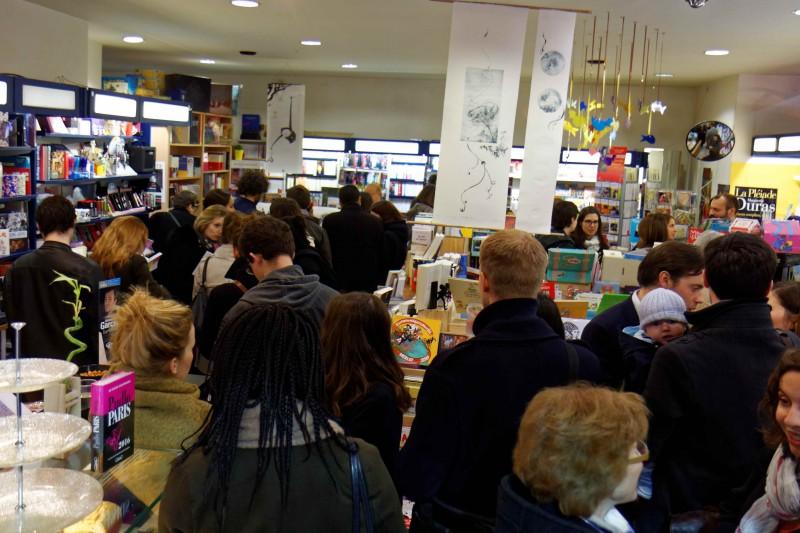 03 Le librairie bondée pour la dédicace de Camille et Elise. Vous reprendrez bien un peu de chômage.