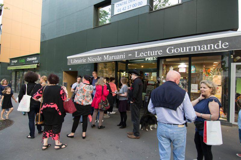 2 public devant la librairie pour michel bussi
