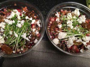 Salade Mixe trio de quinoa bio lentilles béluga bio choux rouge carottes grenades mélange de graines raison de corinthe fêta pousse de pois persil citron huile d'olive cacahuètes