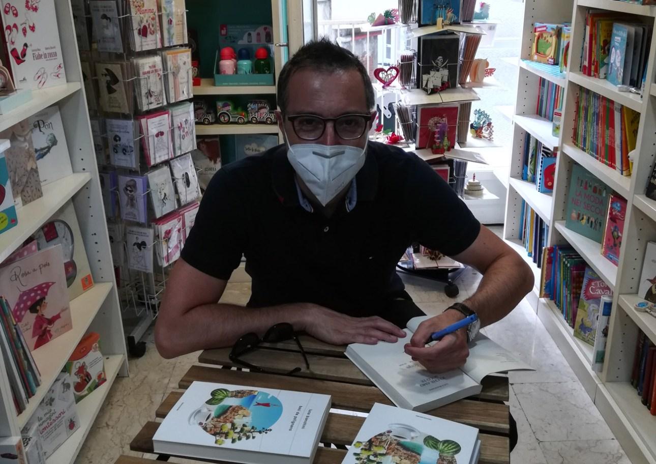 Lo scrittore torinese Luca Bianchini ha firmato copie di