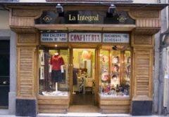 Nombre: La Integral Dirección: C/ de León, 25, 28014 Madrid. Apertura: 2005. Especialistas en: Cómics, narrativa, accesorios, moda. 1ª mano