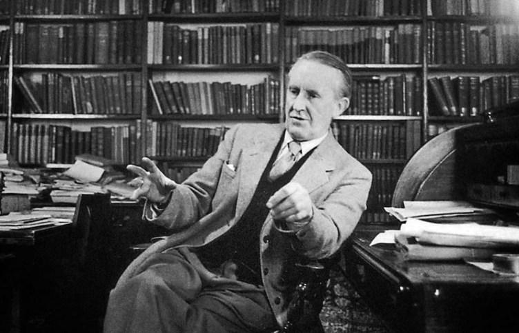 J. R. R. Tolkien en su despacho