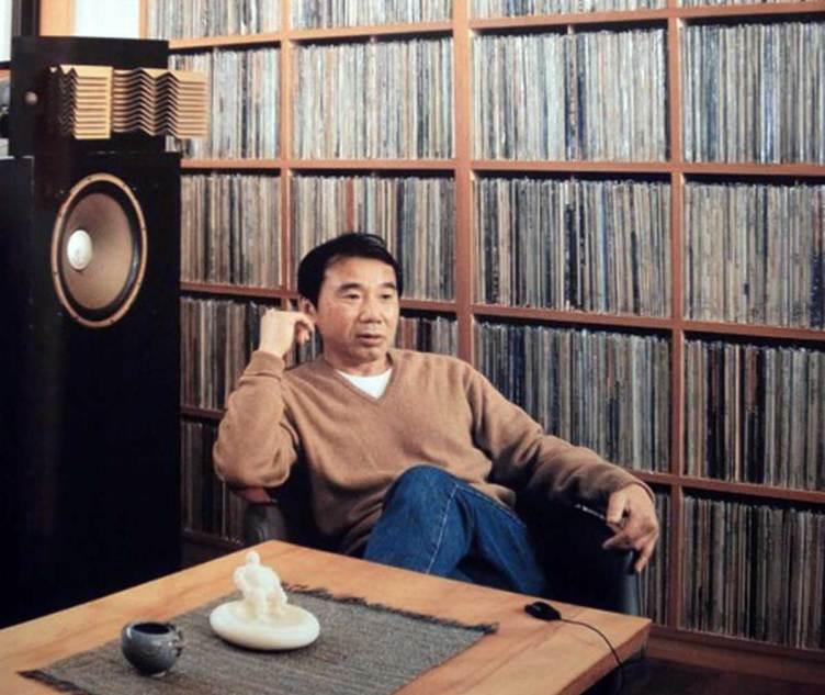 Haruki Murakami acompañado de parte de su colección de LP de vinilo