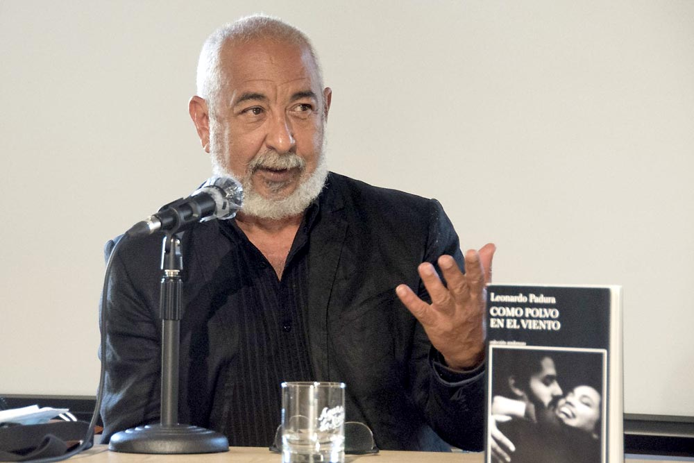 Leonardo Padura presenta en Gijón su última novela, 'Como polvo en el viento'