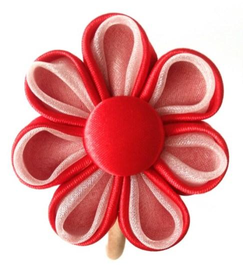 Flor kanzashi roja con botón forrado