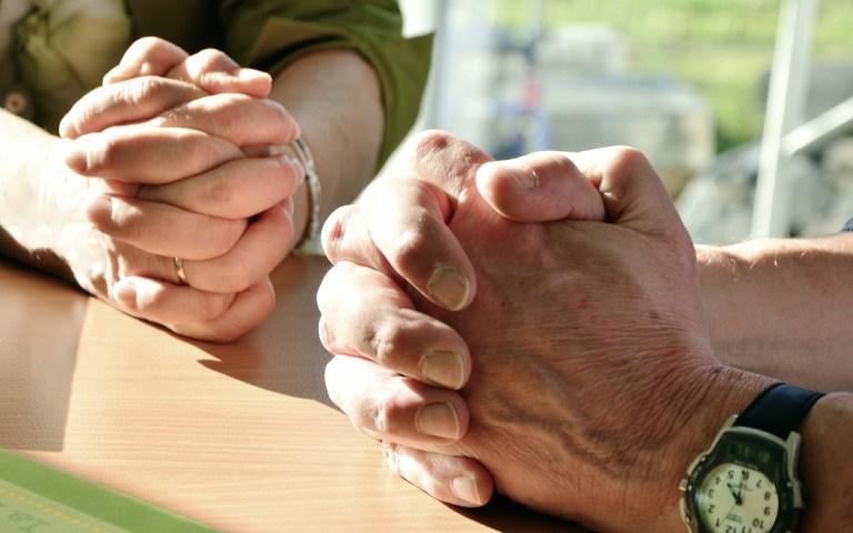 biddende handen op een afbeelding biij een blog over leiderschap en gebed