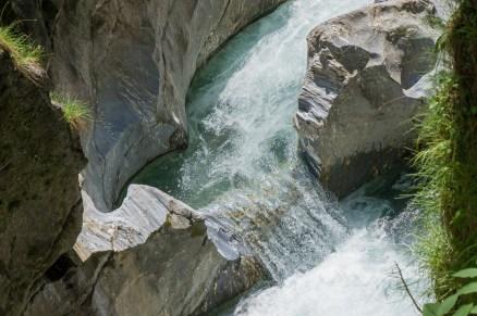 Das Wasser formt den Kalkschiefer