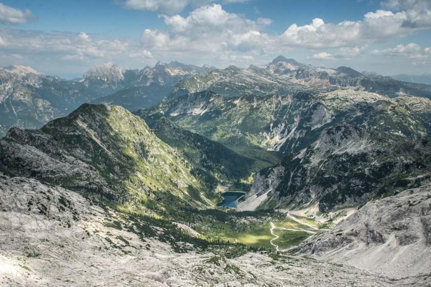 Blick vom Gipfel des Krn auf den größten Hochgebirgssee, der Krn-See, sowie den höchsten Berg Triglav (höchste Bergspitze im Bild)