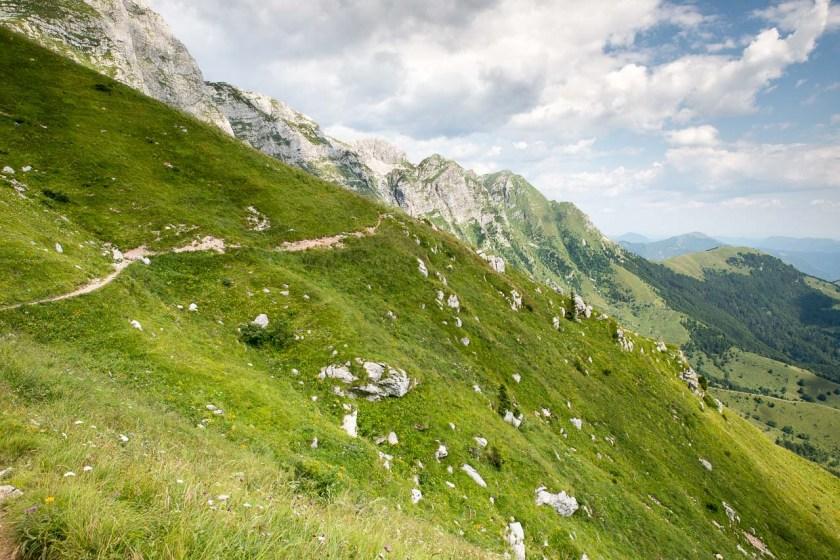 Die Grashänge zum Gipfel des Krn sind teilweise sehr steil