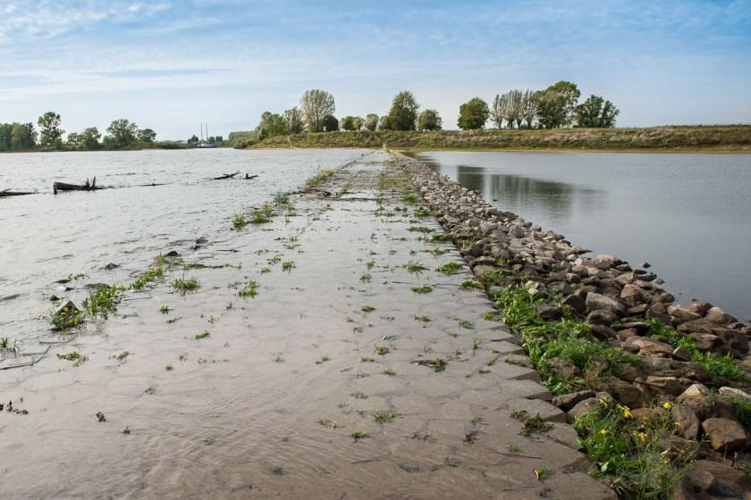 Der leicht überschwemmte Fahrrad- und Wanderweg ist nur mit wasserfesten Schuhen begehbar
