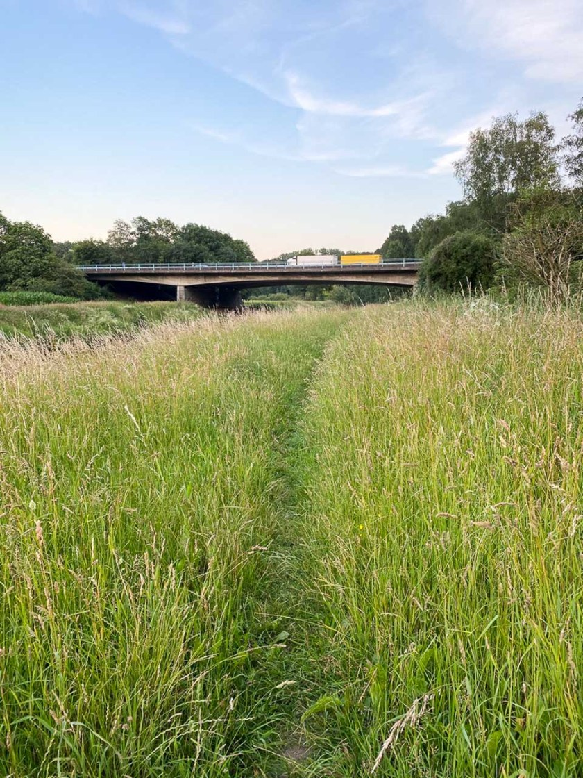 Wanderweg unter der Autobahnbrücke A1
