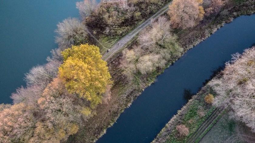 Eine schmale Landzunge trennt den Kottruper See von der Ems