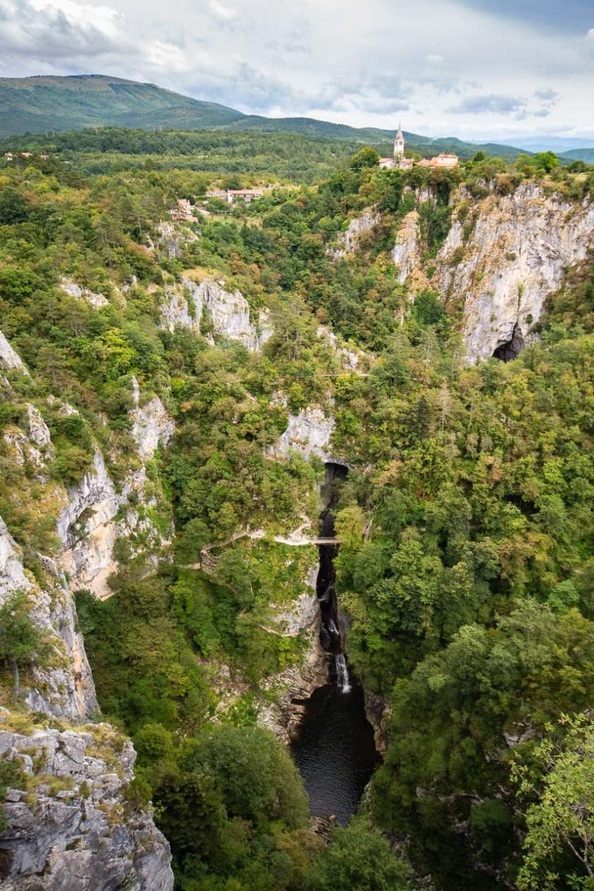 Wege führen durch das Höhlensystem unterhalb des Dorfs Škocjan