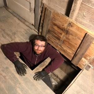 Drummond examinando el escondite de la época de la prohibición