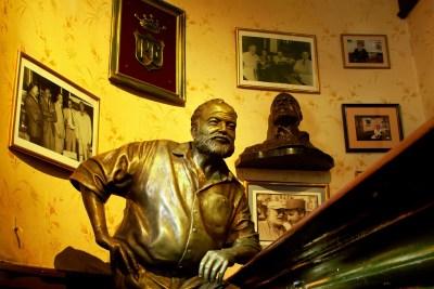 Estatua de Ernest Hemingway en El Floridita.