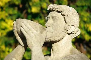El vino en la Antigua Grecia: ¿un lujo solo disponible para las clases más pudientes?