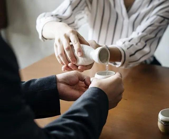 El sake en Japón: origen, elaboración y servicio