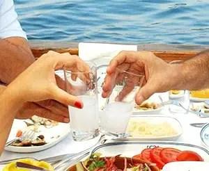 El Raki se ha ganado el título de «Rey de las bebidas turcas»