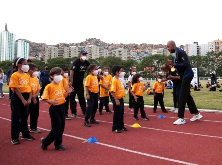 Yulimar Rojas shared with the youngest of athletics
