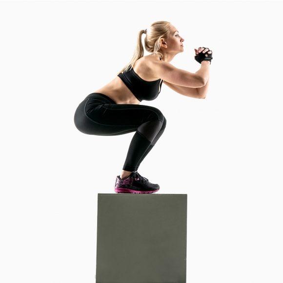 Comece com pés paralelos à frente do degrau, caixa ou cadeira Caso opte por cadeira, assegure que a mesma é segura e não corre risco de se magoar Suba com um pé e o seguinte Desça com o 1º que subiu e só depois o 2º Em cima pode ficar com ambos os pés apoiados ou pode retirar um pé trabalhando mais a força e equilíbrio Pode, ao retirar um pé em cima, trabalhar o equilíbrio e a contra lateralidade com o braço oposto ao pé, como se estivesse a correr Desça ainda mais devagar do que a subida pois assim vai ganhar ainda mais força e equilíbrio nas pernas Pode numa fase mais avançada saltar da caixa para o chão e numa fase ainda mais evoluída saltar para a caixa e desta para o chão Esta opção supra referida é para quem tem mais experiência e deve fazer com vigilância
