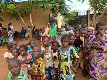 Kinder aus dem Dorf Manankoroni.