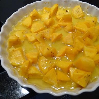 Die Kaki wird mit dem Honig und dem Saft einer halben Orange gebacken.