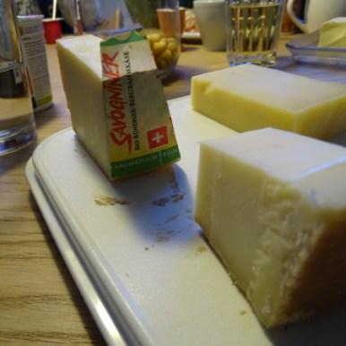 An den Wochenenden wird ausgiebig und mit viel Zeit gefrühstückt. Käse, 3-Minuten-Eier, selbergemachtes Brot oder Zopf, frischer Saft. Lecker Schmecker!