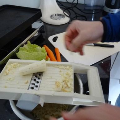 Während dessen bereitet GG und Mini-Me einen gesunden veganen zMittag zu.