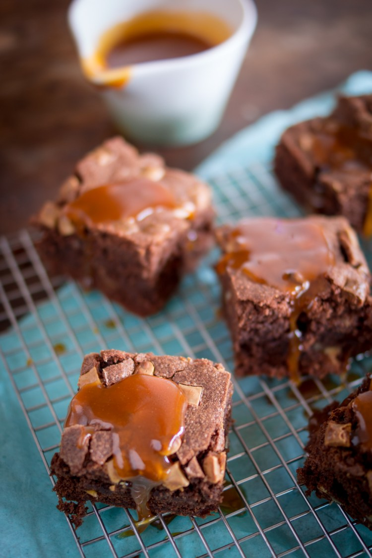 walnuss-brownies-mit-karamellsauce-9