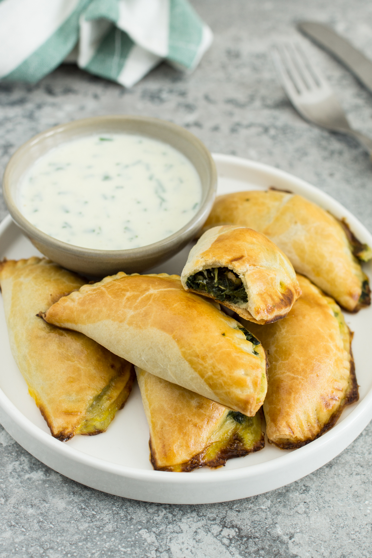 Vegetarische Empanadas mit Spinat-Feta Füllung und Sauerrahm Dip