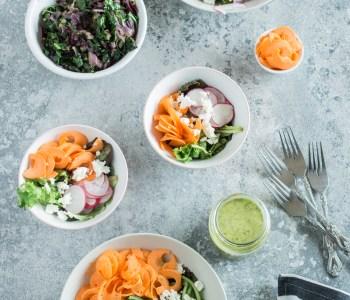 Frühlingssalate, saisonales Gemüse im Frühling und gedünstete Kohlrabiblätter