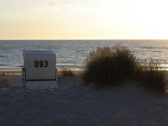 Strandkorb im Sonnenuntergang