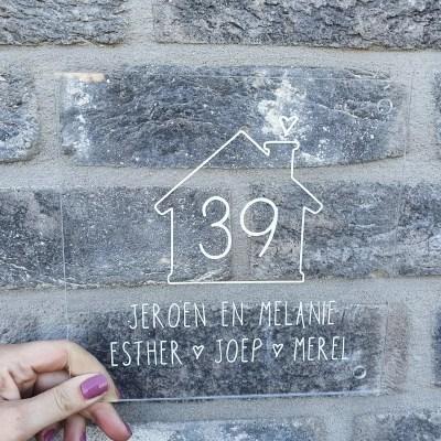 Naambord met huisje en nummer
