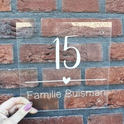 Naambordje met streep hartje en groot huisnummer
